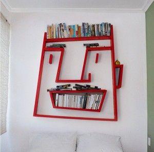 出会ってしまいました! 壁掛け用の本棚のアイディアなんてたかがしれてると思ってましたけど、 こんなにユニークで楽しいデザインに作れるのですね! 決して使い勝手がよいとは言えないけど、目を引くデザインがずらり。 本棚をDIYする時のアイディアバンクになりそうです。 壁全体を楽しいアートにしてしまう、とてもユニークな本棚を いろいろと集めてみました。今回は壁掛け用の本棚を集めてみました。 おじさんの顔 本の置き方で顔の表情が変えられる、とても楽しいアイディアの本棚です。 トップが髪の毛、上から2段目が眉毛、下の囲いの中が歯、囲いの上が ひげ、楽しいデザインのインテリアは空間を明るくしますね。 木と枝 木と枝のデザインの本棚は、まあまあ使い勝手にも期待できそうですね。 素朴な感じとナチュラルに飾れて、インテリアを静かに素敵に引き立てて くれますね。落ち着きのあるデザインは色々なお部屋に合いそうです。 迷路 飾る物次第で随分イメージが変えられます。 壁一面の迷路本棚があったら、本の収納と言うよりは、どお 魅せるか、デコレーションを楽しみたくなりますね。 トイレの人…