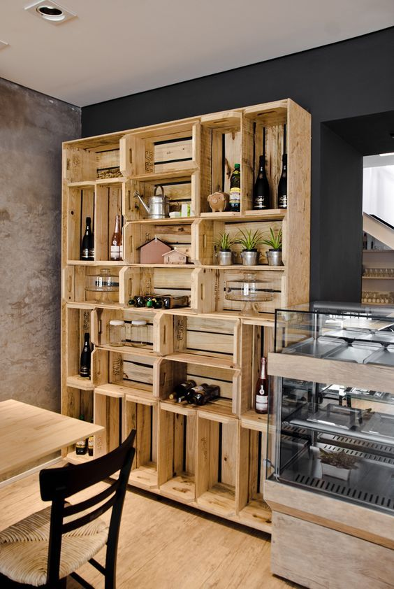 Uma estante de caixotes que divide os ambientes, maneira sustentável de dividir os cômodos sem perder espaço!: