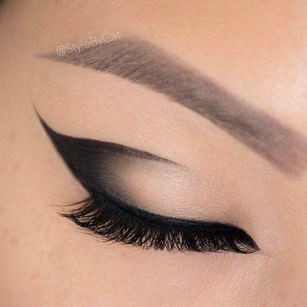 Ombre, gradient, black cat eye winged eyeliner with dramatic eyelashes. Asian eye makeup #eotd #motd