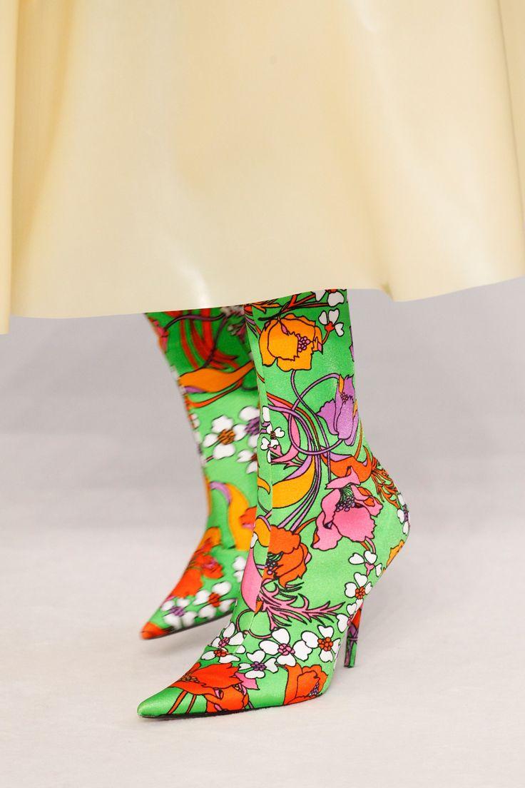 See detail photos for Balenciaga Spring 2017 Ready-to-Wear collection.