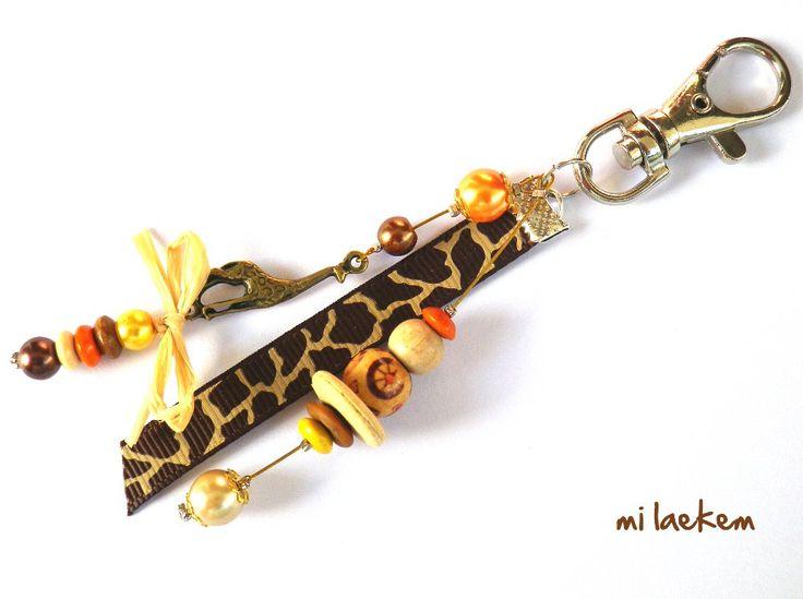 Très beau bijou de sac GIRAFE aux couleurs du soleil se couchant sur la savane, welcome to Africa! http://www.alittlemarket.com/autres-bijoux/girafe_dans_la_savane_long_bijou_de_sac_afrique_jaune_-4727409.html