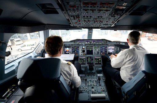 """Piloten im Cockpit eines Airbus A 320. Foto: dpa -  Piloten werden im Auswahlverfahren psychologisch getestet. Doch reicht das für die ganze Karriere? Kritiker bezweifeln das und fordern regelmäßige Tests. Doch Ausbilder sagen: """"Eine hundertprozentige Sicherheit gibt es nicht."""" http://www.stuttgarter-zeitung.de/inhalt.pilotenausbildung-welche-rolle-spielt-die-psychologie.40f004a4-3a73-4fed-95c4-2548f8fb334e.html"""