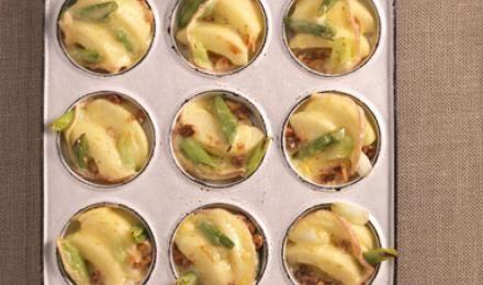 Wenn lange Winterabende oder Silvester vor der Tür stehen, werden auch die Pfannen für das Raclette in vielen Haushalten aus dem Regal geholt. Denn genau jetzt sind Raclette-Rezepte besonders beliebt. Wer gerne in einer geselligen Runde lange und ausgiebig speist, wird Raclette lieben. Hier ist für jeden Geschmack etwas dabei - ob Geflügel, Fleisch, Kartoffeln oder Gemüse. Super lecker: der typische Raclette-Käse. Alle Infos und Rezepte rund um das Raclette gibt es hier.