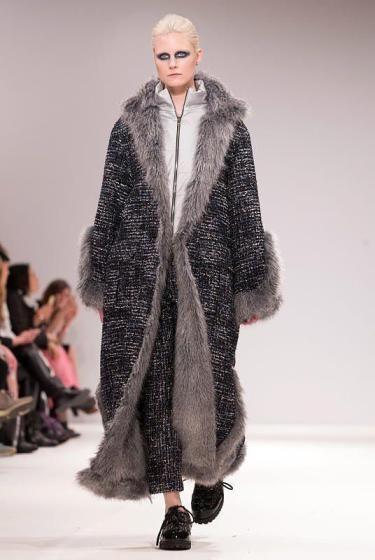 Fashion Week London: Schräg mag es das koreanische Fashion-Label Gyo Yuni Kimchoe. (Bild: EPA)