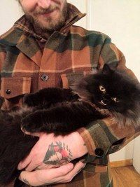 Хозяева нашли кошку на улице ночью, решив забрать ее к себе, чтобы дать ей еды и теплое место для сна. С утра они не поверили своим глазам: у кошки торчала нижняя челюсть, делая ее похожей на оборотня-вампира. Влюбившись в такую нестандартную кошку, они дали ей имя Принцесса Монстр-трака и оставили у себя навсегда