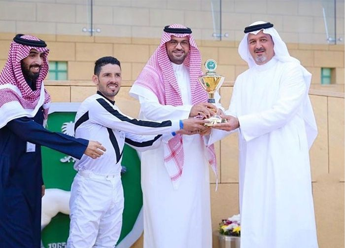 أصايل الخالدية تواصل استحواذها على كؤوس الخيل العربية بنادي الفروسية In 2020 Arabian Horse Academic Dress Dresses