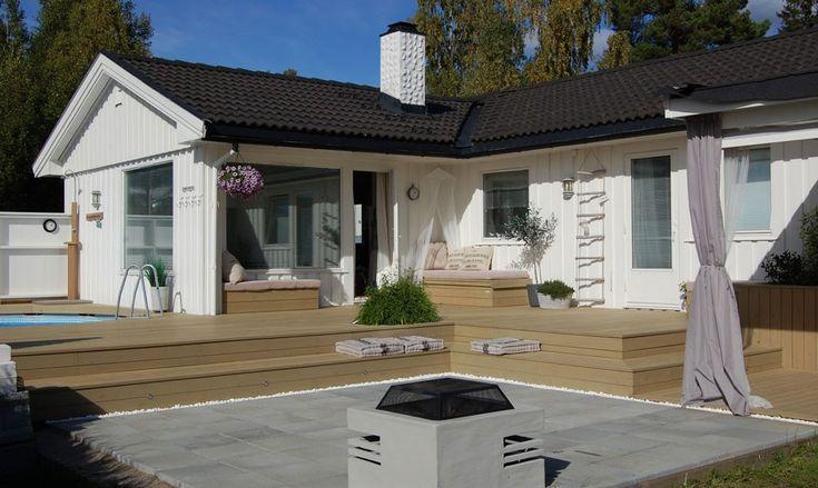 Hege og Rune hadde en liten terrasse og en kjedelig hage. Ved hjelp av masse treverk, noen betongheller, et basseng, noen puter og planter, forvandlet de ste...