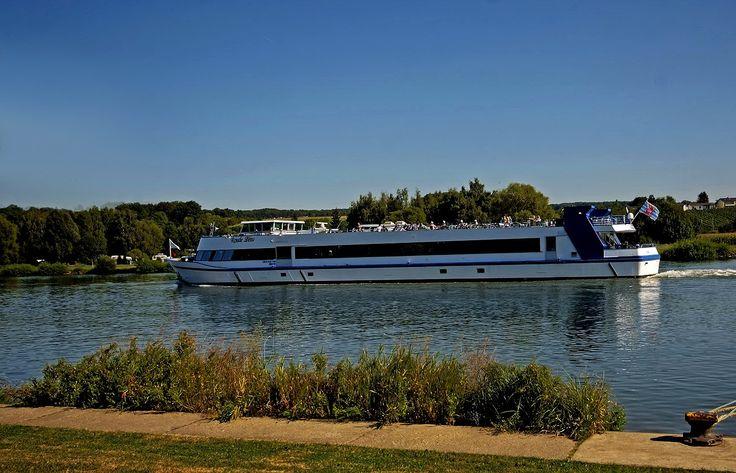 Na bitte. Geht doch. Das mit dem Sonnenscheinwetter bei uns. ... Könnte man direkt mal wieder eine Moselschifffahrt machen. Der rote Löwe wartet nur auf Euch. Aber Beeilung, heute Nachmittag kann`s schon wieder vorbei sein. :-)