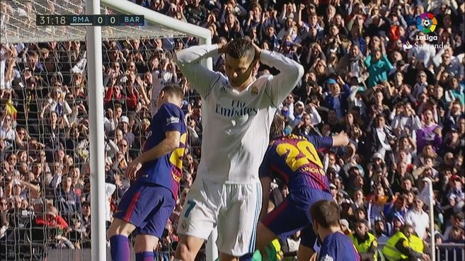 Real Madrid vs Barcelona: Las dos claras ocasiones de Cristiano para adelantar al Madrid en la primera parte | Marca.com http://www.marca.com/futbol/real-madrid-barcelona/2017/12/23/5a3e5c78268e3e0b348b4694.html