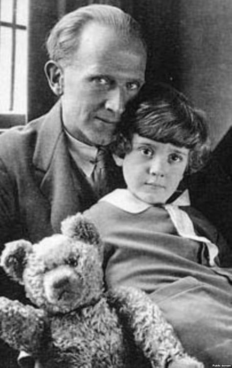 Alan Alexander Milne fiával, Christopher Robin Milne-val, és Micimackóval, azaz Winnie-the-Pooh-val (1926) - Karinthy írása a Micimackóról a Pesti Naplóban (1935)