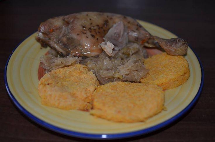 Zvířátkový den - pečené kuře se zelím a zeleninovými knedlíky.Knedlíky se dělají takto - větší čtvrtku celeru, 3 menší mrkve najemno nastrouháme, přidáme 3 žloutky a sníh ze 3 bílků, směs jemně dosolíme a dáme do trochou oleje vymazaného hrníčku (do 2/3) a dáme na 8-10 minut do mikrovlnky. Knedlíky nejdřív nabudou a pak splasknou.