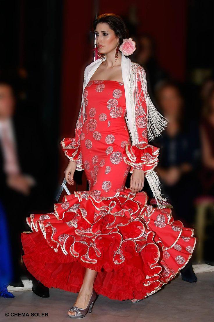 Personalidades de la sociedad y la cultura sevillana presenciaron en el Alfonso XIII un desfile de moda flamenca de la firma de Lina.