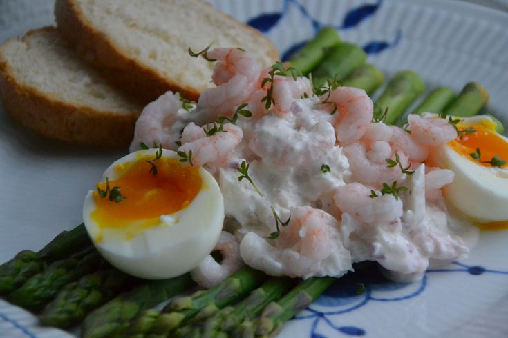 Denne torskesalat med rejer, æg og asparges er perfekt som forret til en sommeraften eller til bordet ved en påskefrokost.