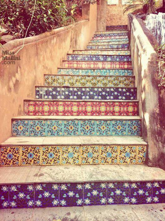 Une montée d'escaliers qui nous laisse penser que nous allons arriver dans un jardin marocain à l'odeur du thé vert à la menthe ...