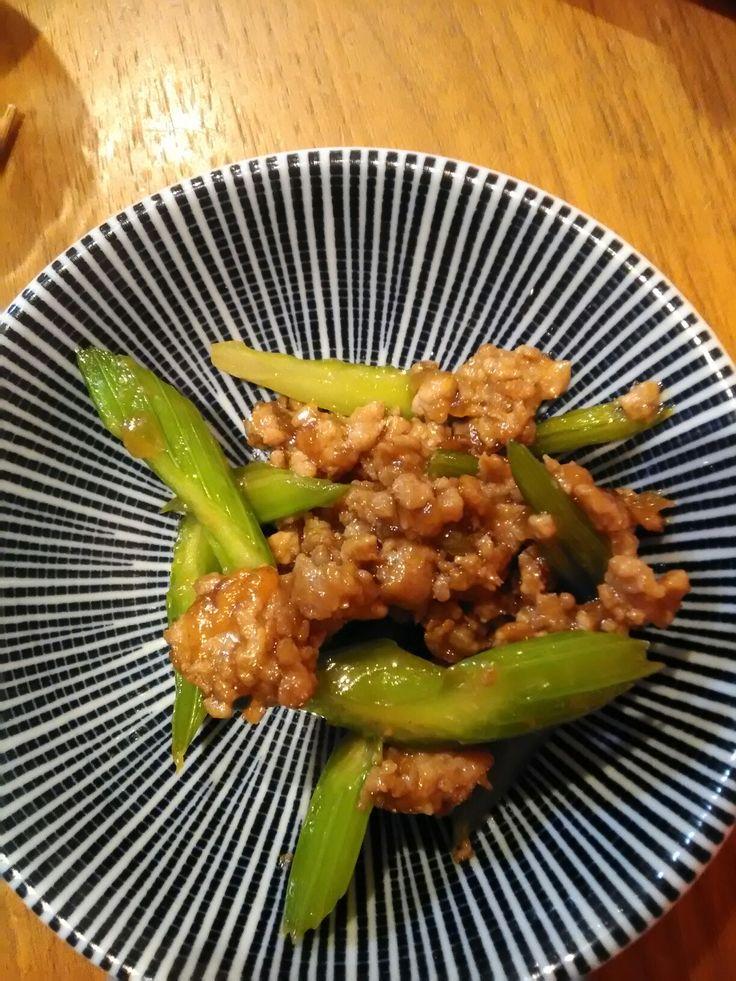 セロリと豚挽き肉の中華炒め 挽き肉を醤油・酒・片栗粉で煮る。セロリ加えて炒める
