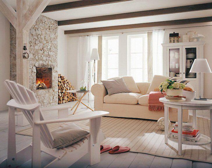 Уютная гостиная в кантри стиле для небольшого загородного дома. Фото
