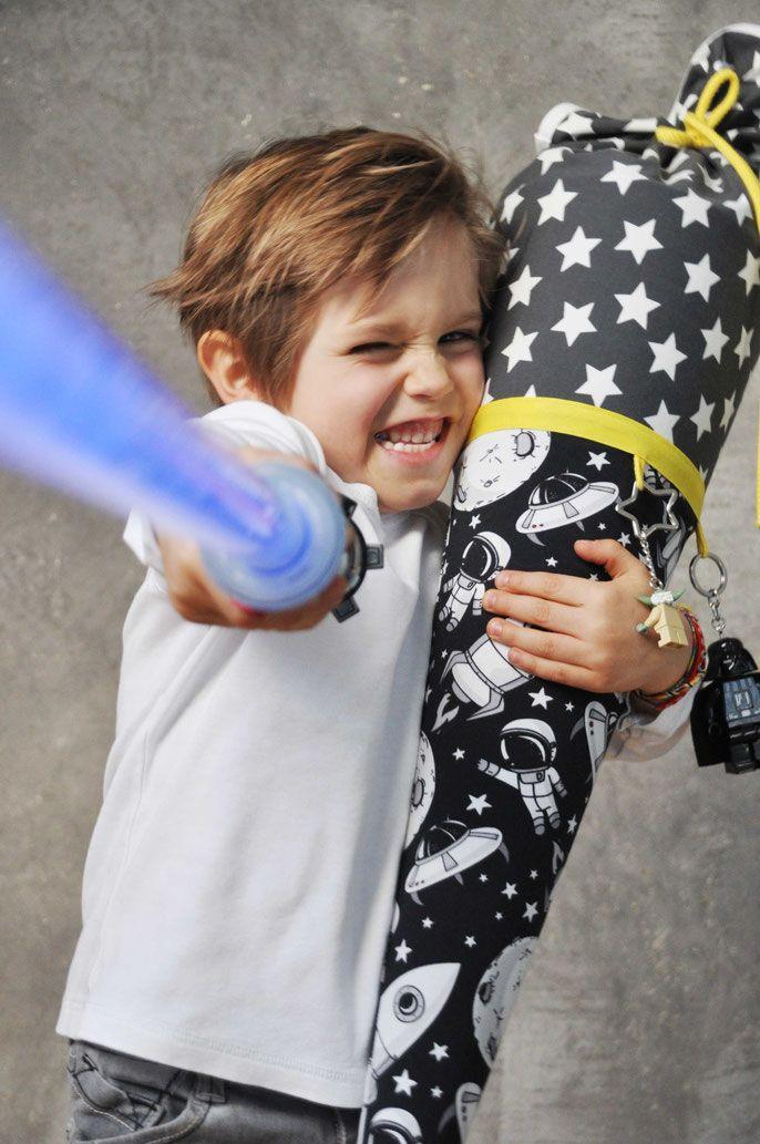 Bild: Junge Star Wars Fan mit Stoffschultüte STAR-Galaxie