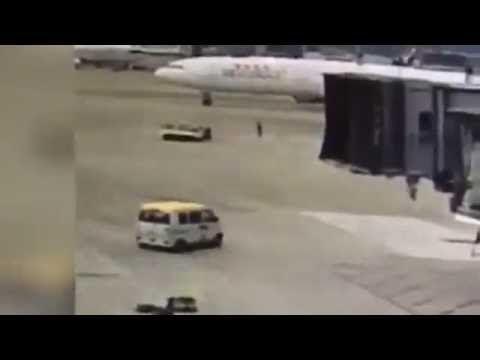 VIDEO : Van Ini Seruduk Pesawat Jumbo!