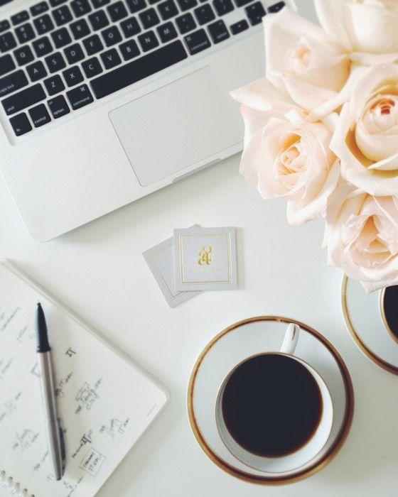 Monestt'te gun sade bir kahve, taze çiçeklerin kokusu ve devam eden projelerin kısa bir toplantısıyla başlıyor. Sizin gününüz nasıl başladı?