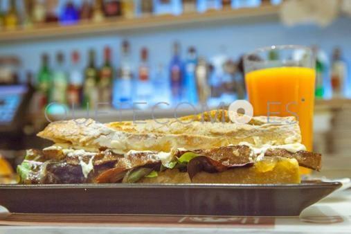 Bocadillo vegetal de seitán | Restaurante vegetariano cafetería Gut en Barcelona