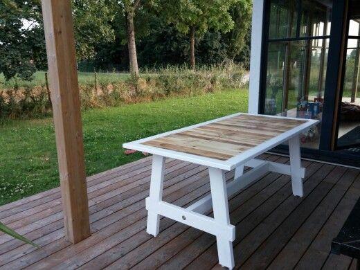 """E dopo un po' di studi di altri tavoli, ecco il """"mio"""" tavolo, costruito con due bancali e altro legno di recupero..."""