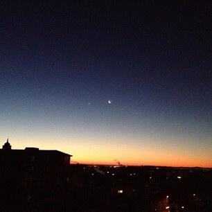 La luna, Venere, il sole. 11 dicembre 2012. Ore 7:00. Milano, quartiere Vigentino