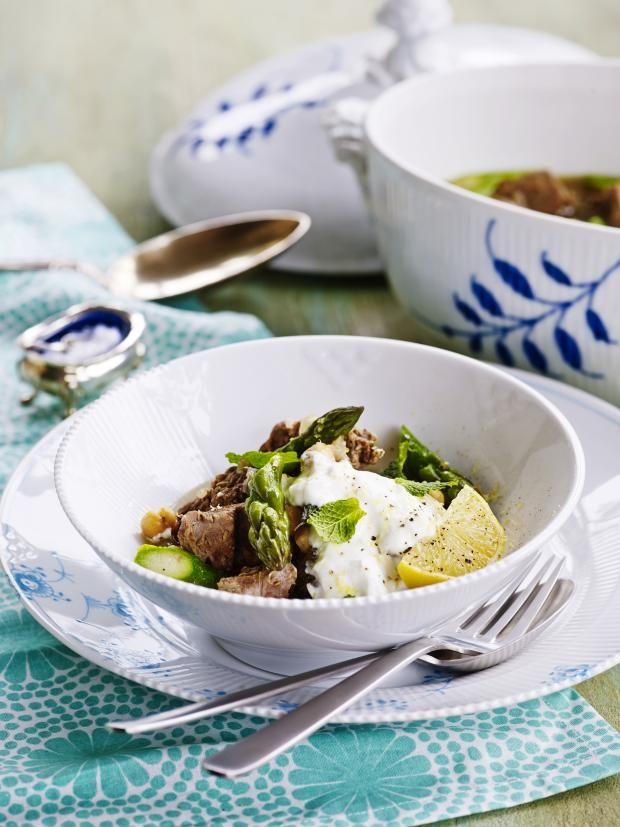 Lammefrikassé med kikerter, mynte og asparges