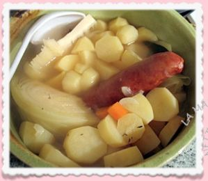 Coucou ! Parfois ,nous avons des fins de mois difficiles ....Le mois de janvier est peut être le mois le plus dur... Et l'une de mes copines m'a donné cette recette !!!! Ma Potée Il faut: des saucisses de Morteaux, des pommes de terre, un quart de choux,...