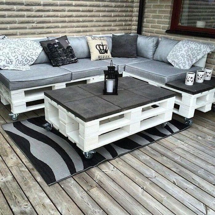 hier finden sie zwei sofas aus alten europaletten und mit großen und grauen kis… #gardening
