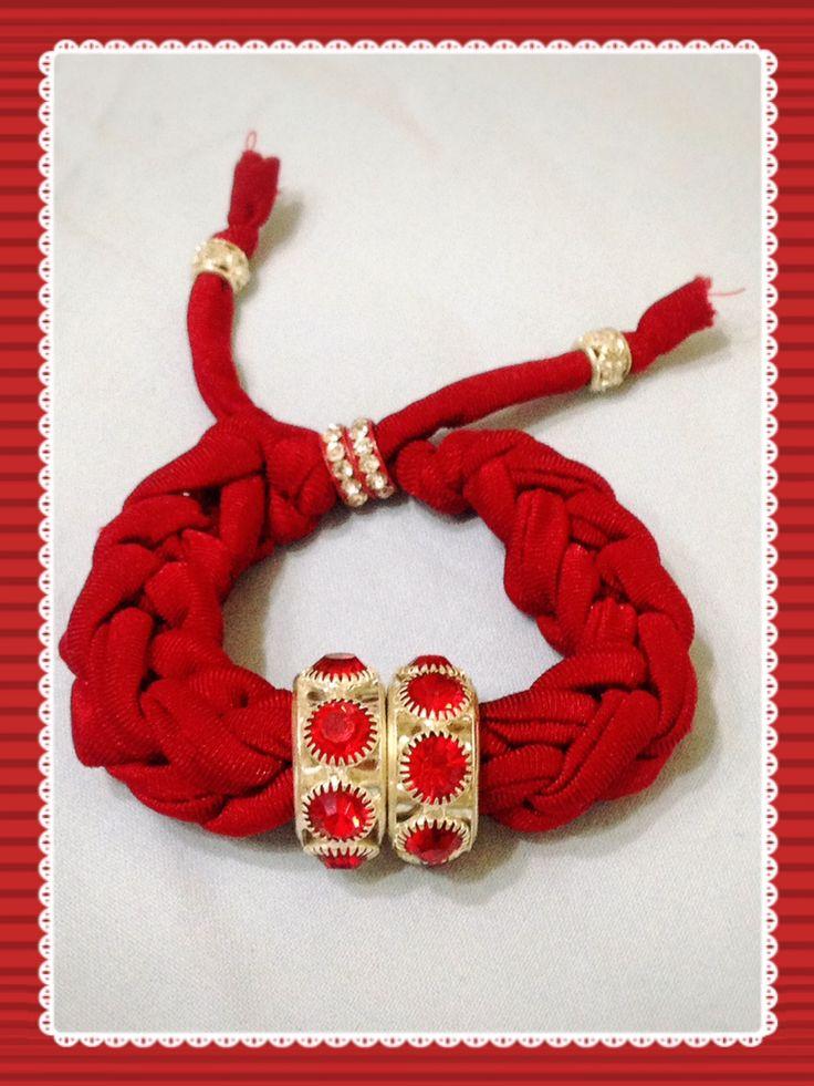 Bracciale rosso realizzato con tecnica ad intreccio. Sono disponibili di vari colori anche su ordinazione. Contattatemi!! email:butterflydilaura@gmail.com