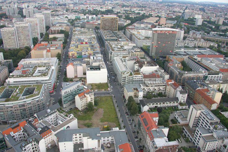Kreuzberg är en stadsdel i Berlin som under senare år växt fram till att bli den allra mest trendiga och hippa. Det är väldigt populärt bland studenter och kreativa start-ups. Hit ska du åka om du vill upptäcka en ny sida av staden och om du gillar hipsterkulturen. #Germany #Berlin #Tyskland #City #Stad #Kreuzberg #Travel #Resa #Resmål #Europe #Europa #Hipster