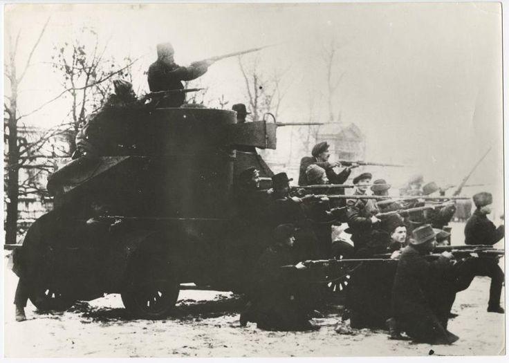"""La Gran Revolución Socialista de Octubre.  Guardias rojos en el automóvil blindado """"Teniente Schmidt"""", capturado de los cadetes, el 25 de octubre de 1917, Petrogrado"""