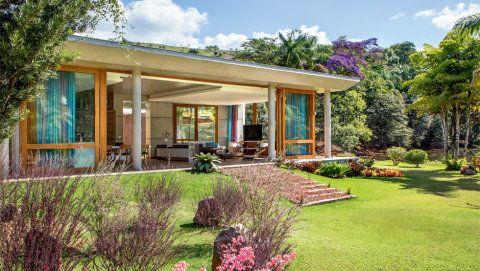 Estrutura de concreto abriga cozinha supercolorida em casa de campo. Fotos da A&C.