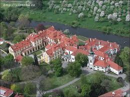 Esto es el palacio de Zbraslav. Es cerca de la plaza de Zbraslav.