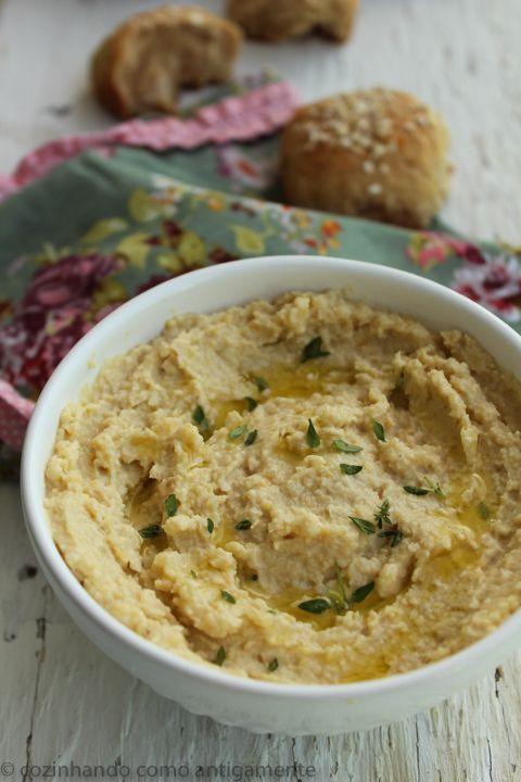 O homus é um prato árabe feito com grão de bico e tahine. Sirva de preferência acompanhado de pão sírio e regado com um bom azeite de oliva.