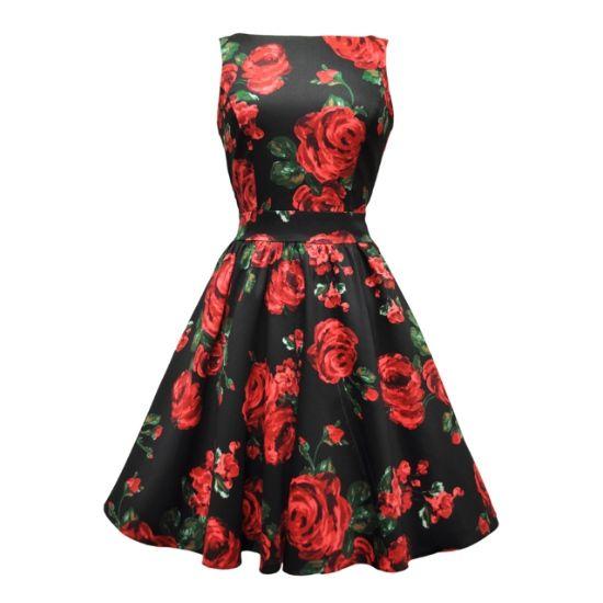 Lady V London Red Green Rose Floral Tea Retro šaty ve stylu 50. let. Nádherné šaty s výrazným vzorem rudých růží na černém podkladě z vás udělají dámu ať už na společenské události či při běžném nošení. Příjemný pružný materiál (97% bavlna, 3% elastan), pohodlný střih s lodičkovým výstřihem, vzadu lehce vykrojené se zapínáním na zip a vázačkou zajistí skvělé přilnutí k vaší postavě. Můžete doplnit spodničkou v délce nad kolena (23´´), doporučujeme v klasické černé nebo wine barvě.