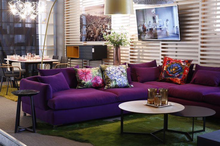 Frei nach dem Motto 'dress up your living room'. Feine Designers Guild Kissen, ein lila Sofa kombiniert mit einem grünen Teppich. Color blocking at its best. Ein wahrer Genuss für Fashion Liebhaber. #kontrast #dressup #colorblocking #fashion #designersguild