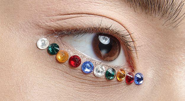 Золотая фольга, матовая помада, металл и стразы — визажисты рассказывают, из чего сделать альтернативный макияж глаз