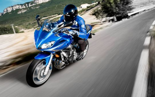 http://alliswall.com/yamaha-bikes/crazy-looking-yamaha-fz6-fazer-s2-on-road