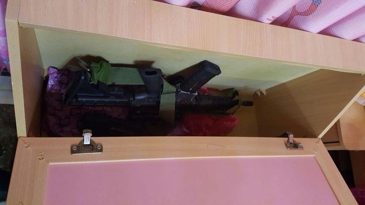Israelische Sicherheitskräfte schnappen drei Mitglieder einer Terrorzelle, die zehn bewaffnete Anschläge auf Siedlungen im nördlichen Westjordanland ausgeführt haben sollen. Eine der benutzen Waffen, versteckten sie in einem Kinderbett.   #Gewehr #IDF #Israel #Israelische Verteidigungsstreitkräfte #Militär #Palästinenser #pflp #Samarien #Schin Bet #Terrorismus #Terrorist #Volksfront zur Befreiung Palästinas #Waffe #Waffen #Westjordanland
