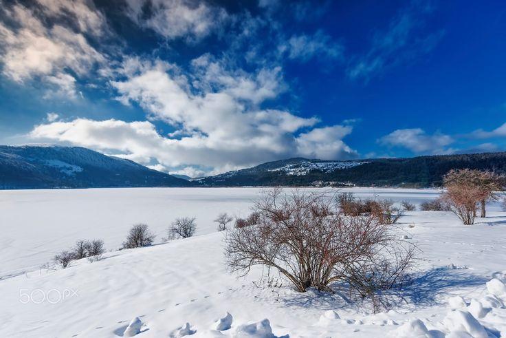 Abant Gölü Batı Karadeniz bölümü dağlarının ikici sırasını oluşturan, Abant ve Keremali dağları üzerinde yer alır. Abant Deresinin, vadisinde oluşan bir heyelan gölü oluşturmuştur. Göl çevresinde 1400-1700 metrelere varan tepeler yer alır. Gölden çıkan fazla sular Abant Deresi ile Bolu Çayına dökülür. Göl birkaç kaynak suyu, iki-üç kısmen devamlı olan akarsu ve özellikle de kar ve yağmur suları ile beslenmektedir. Göl ve çevredeki 1196 hektarlık alan Tabiat Parkı olarak işletilmektedir. Göl…