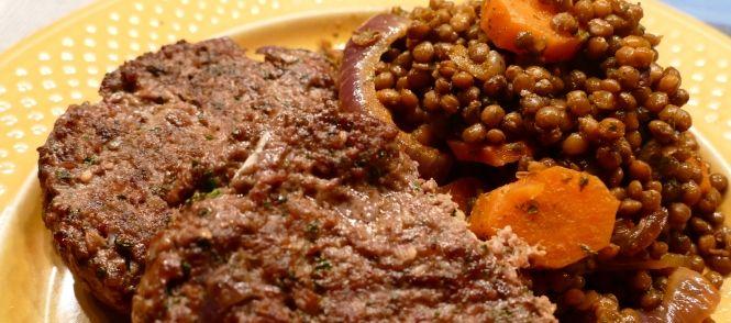 Dit gerecht maak ik regelmatig wanneer we lamsburgers of lams worstjes eten. Errug lekker en op deze manier vinden ze linzen heerlijk hier!