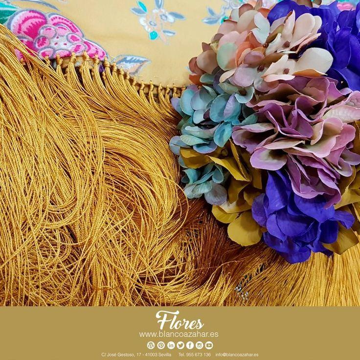 💃🌸Tu #look de #flamenca te espera en #BlancoAzahar.   #TodosLosColores en más de 100 tipos de flores.    #ModaFlamenca #FeriadeAbril #FeriadeAbril2018 #Sevilla #floresflamenca #Mantoncillo #Flordeflamenca #Pendientesdeflamenca