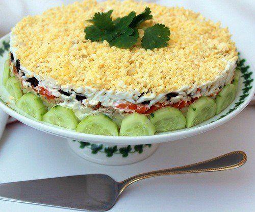"""Салат """"Печень трески под шубой"""" 1 баночка (160 - 200 г) печени трески 2 средние картофелины 1 крупная морковь 3-4 яйца 2 перышка зеленого лука 10-12 шт чернослива соль, перец, майонез."""