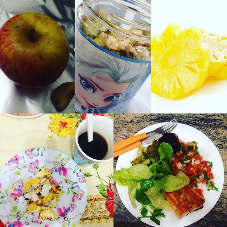 Minhas refeições de segunda a sexta é mais ou menos assim vou variando. Café da manhã - ovo mexido e café  Lanche da manhã - maçã e castanha ( já estou no trabalho e é mais prático difícil mudar rs) Almoço - Salada de pote ( de final de semana eu monto tudo) Lanche da tarde - abacaxi ( já estou em casa aí vou mudando o q tenho vontade)  Janta - com bastante verdura legumes e uma proteína ( a maioria das vezes é frango) É a alimentação de vcs como está?!  #eatclean #fitfood #foconadieta…
