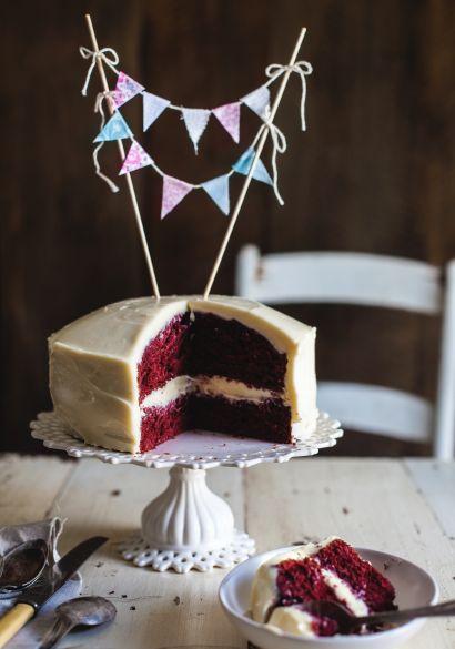 Pour fêter notre rencontre avec vous, je propose une recette de gâteau Red Velvet ainsi que la marche à suivre afin de recréer la jolie guirlande qui l'orne.