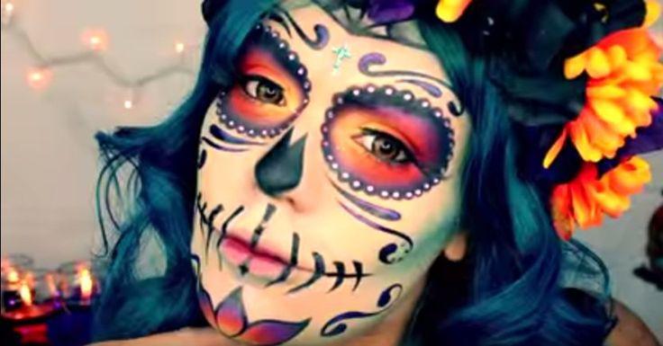 """Si piensas ir de """"Catrina"""" en tu fiesta de Halloween, lo mejor es no comprar una máscara, sino maquillarte el rostro. Puedes hacerlo con los cosméticos que ya tienes y que utilizas día a día. Además que te ahorrarás mucho y puedes darle el estilo que quieras. OTRA IDEA PARA HALL…"""
