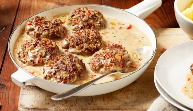 Zu den saftigen Schlemmer Frikadellen von MAGGI passen Salzkartoffen besonders gut. Ein gelingsicheres Rezept aus dem MAGGI Kochstudio.