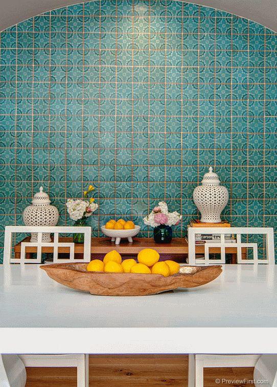 Марокко славится своей великолепной мозаичной плиткой ручной работы, а также плиткой с различными орнаментами. Ею можно декорировать стены, полы, фартук, рабочие поверхности.