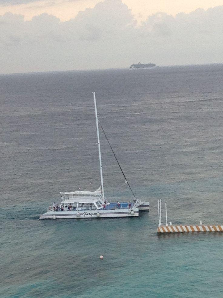 Catamaran y Trasatlntico en la Isla de